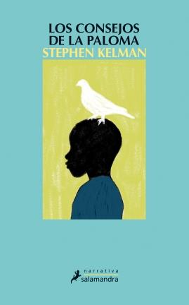 Sinopsis: A través de los ojos de un niño inmigrante, con su mirada inocente y su inagotable curiosidad desprovista de prejuicios, la primera novela de Stephen Kelman finalista del Premio Booker 2011, entre otros, y objeto de una entusiasta acogida de la crítica ofrece una visión diáfana y penetrante del mundo actual. Oscilando entre la comedia y la tragedia, la historia invita a reír y estremecerse, al tiempo que compone un original y conmovedor fresco sobre la condición humana. Recién llegado de Ghana con su madre y su hermana mayor para instalarse en un inmenso bloque de viviendas en Dell Farm, un barrio pobre y conflictivo de Londres, Harri Opoku tiene que adaptarse a un entorno muy distinto del que ha conocido hasta ahora. Desde la banda de matones que opera en el barrio hasta la paloma que acude diariamente a su balcón, con quien traba una curiosa amistad, el universo que se abre ante Harri encierra un tesoro de cosas por descubrir y aventuras por vivir. Y las ocasiones no escasean. El día que atisba el cuerpo sin vida de un compañero de escuela, su temeridad infantil y su precoz sentido de la justicia lo impulsan a involucrarse en la resolución del caso. Sin amilanarse por la tensión del ambiente, ni distraerse con el pelo rubio de su adorada Poppy Morgan, Harri echa mano del poder de su imaginación para lograr su cometido. Sin embargo, la tarea es hercúlea. A medida que avanza en las pesquisas, Harri se convierte en un estorbo para ciertos individuos indeseables, lo que lo lleva a afrontar dilemas morales impropios de su edad. Aunque es el corredor más veloz del colegio, ignora lo rápido que hay que ser para escapar de un asesino que se siente acorralado.